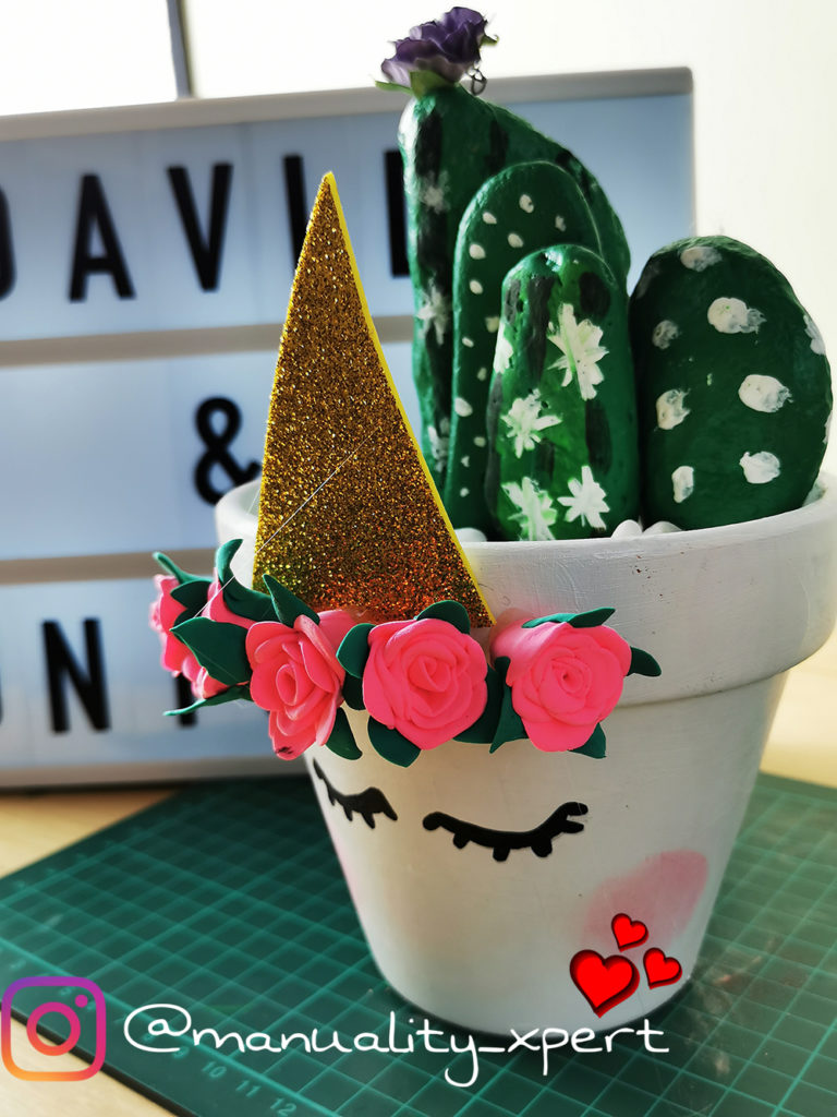 Maceta de unicornio decorada con cactus.